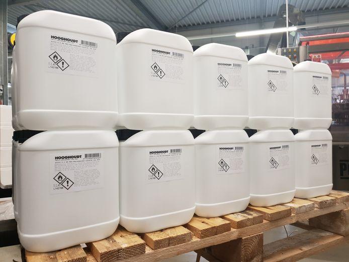 Vaten desinfectiemiddel die zijn geproduceerd door jenevermaker Hooghoudt.