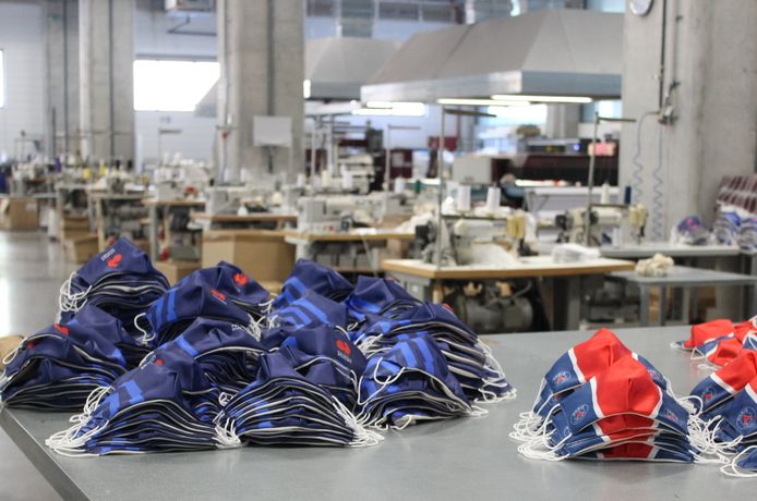 In een fabriek in Portugal laat de Etten-Leurse onderneming Merchandisefabriek.nl haar mondkapjes produceren.