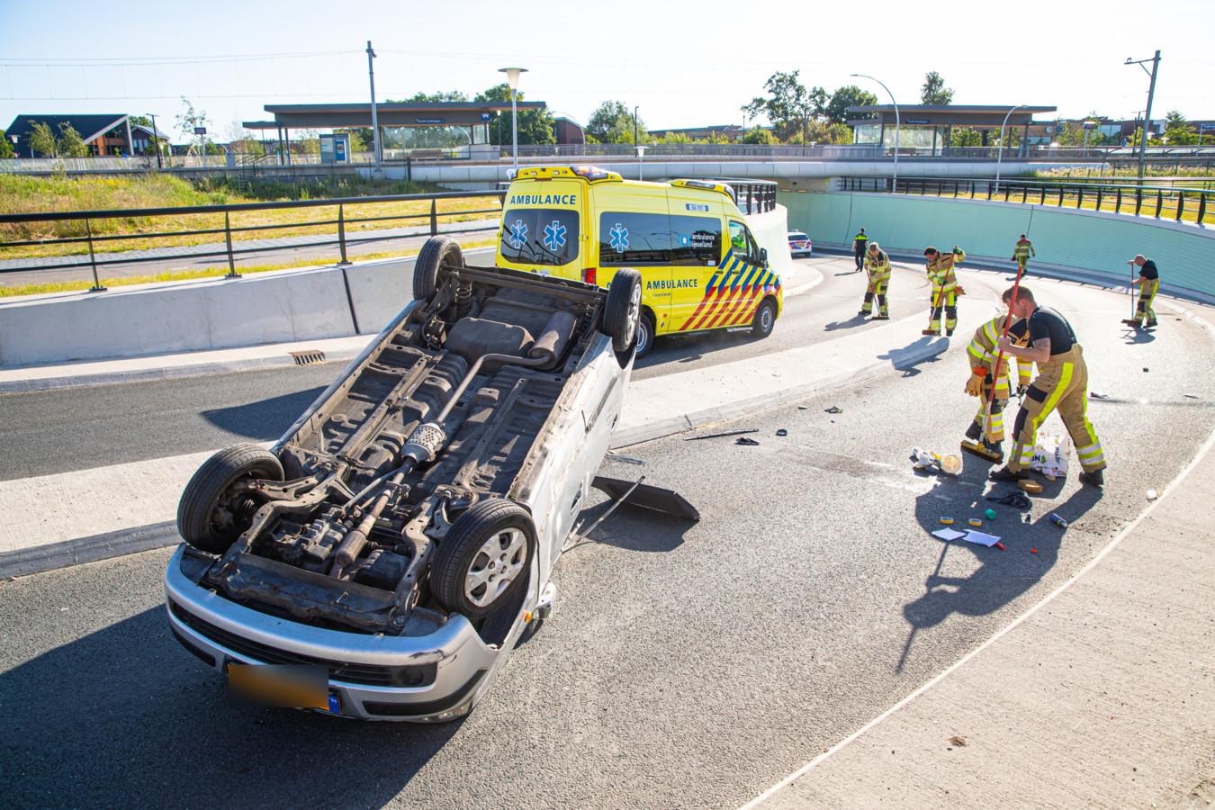 De Auto die vanmorgen over de kop sloeg in de tunnel bij de Zwolse wijk Stadshagen.