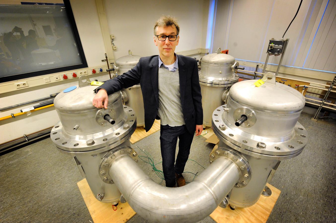 Herbert Berkhout bij apparatuur van SoundEnergy.