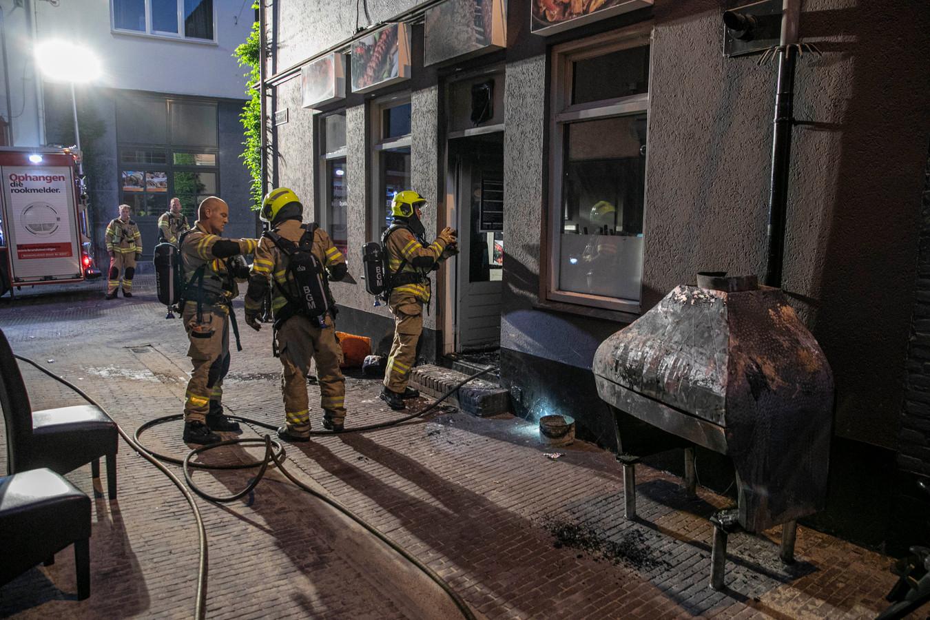 Bij Grillroom Mardin Oçakbasi aan de Hoogstraat in de binnenstad van Arnhem heeft vrijdag vroeg in de ochtend een flinke brand gewoed