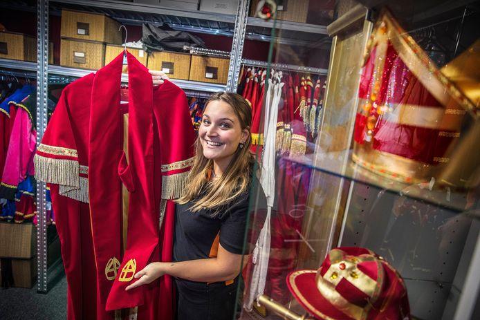 Sinterklaas al begonnen bij t'Feesthuis in Wateringen waar Sharon de kostuums laat zien.