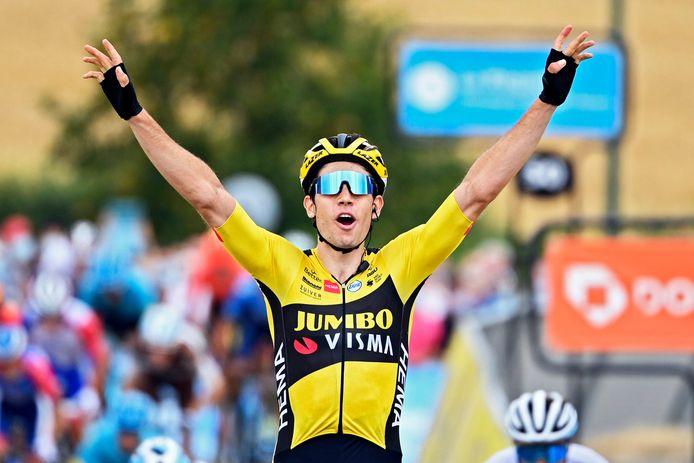 Wout van Aert juicht na het winnen van de eerste etappe in de Dauphiné.