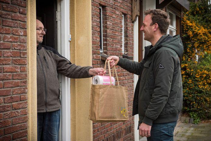 Op veel plaatsen in Nederland zijn spontaan hulpgroepen ontstaan, die mensen helpen bij onder meer boodschappen doen, medicijnen halen of de hond uitlaten. Coronahulp Wijk en Aalburg/Veen biedt ook een luisterend oor.
