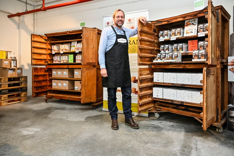 Leo Borms tikte authentieke rijskasten van brood op de kop om er zijn koekjes in te presenteren.