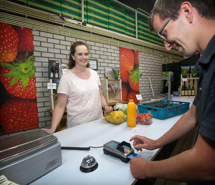 Bij tuinbouwbedrijf Peegro in Rijen kan Rose-Marie Peeters haar klant met de pin laten betalen nu zij sinds twee weken is aangesloten op het glasvezelnetwerk.