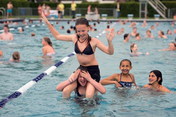 Vanwege het warme weer is het Knopenbad in Montfoort de komende dagen ook tussen de middag geopend.