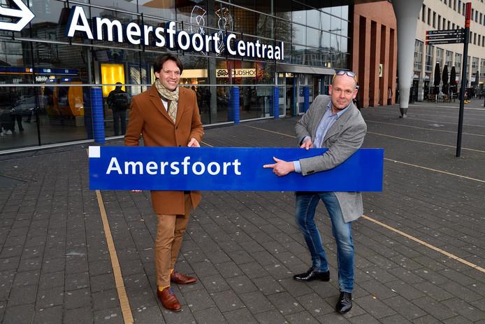 Nico Meijer (rechts) met het door hem gekochte stationsbord voor Amersfoort Centraal. Naast hem Kees Rutten van ProRail.