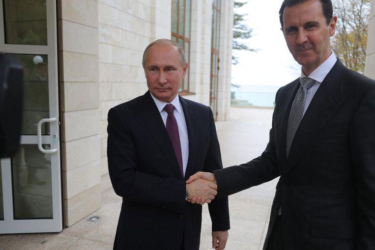 De Russische president Vladimir Poetin begroet zijn vriend en Syrische ambtsgenoot Bashar al-Assad maandag in Sotsji. Beeld epa