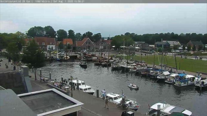 Hulpdiensten bij de haven van Elburg nadat een baby met kinderwagen en al in het water is gevallen.