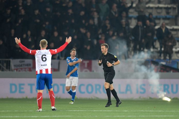 Edwin van de Graaf staakt de wedstrijd na een derde vuurwerkincident op het kunstgrasveld