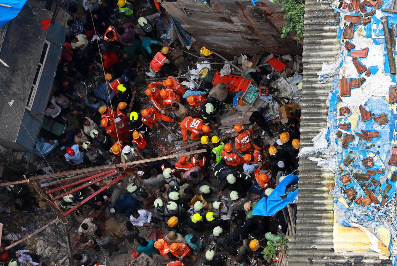 Zeker twee personen kwamen om het leven, toen het gebouw instortte.