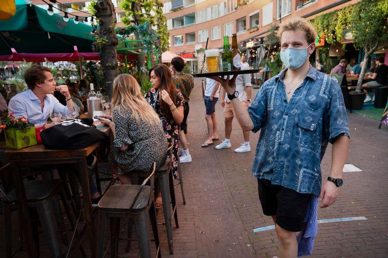 Jongeren op het terras van restaurant de Tulp in Amsterdam.  Beeld Hollandse Hoogte /  ANP