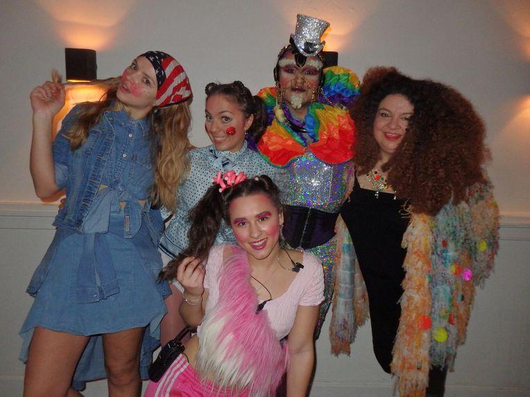 Nadine van Kralingen, Karla Wincheva, Senna Lacunes en Ryan Loopstok, allemaal van Supperclub, en zangeres Miss Bunty Beeld Schuim
