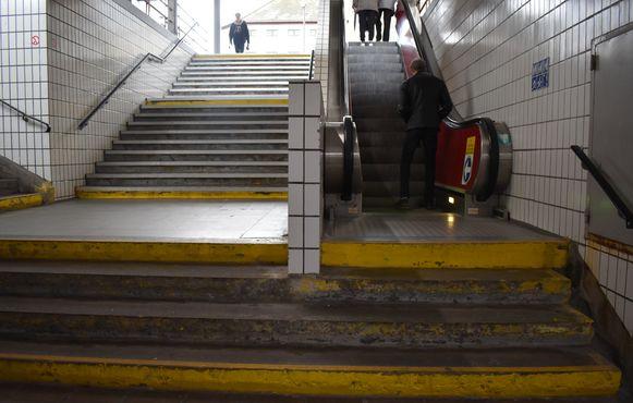 Je moet eerst enkele trappen op om aan de roltrap te geraken. En die werkt meer niet dan wel.