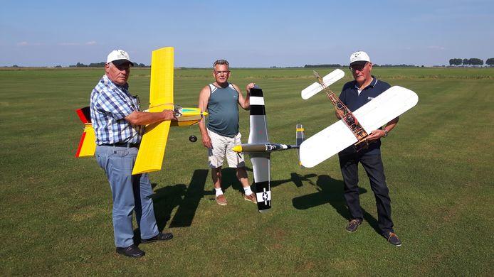 Jan Keijzers, Berry Jansen en Onno van der Post vliegen met hun modelvliegtuigen in Rosmalen.