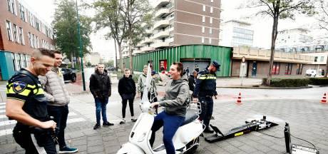Politie Stichtse Vecht checkt scooters op snelheid, zonder bekeuring: 'Waar zit het addertje?'