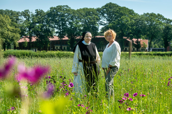 Locatiebeheerder Riny Bergervoet en zuster Gertrudis op Koningsakker, de natuurbegraafplaats bij abdij Koningsoord in Arnhem.