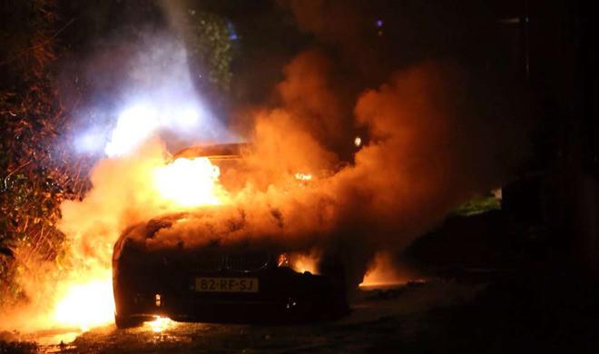 De BMW die de dader(s) van de liquidatie vermoedelijk gebruikte(n) en in brand stak(en) om alle sporen uit te wissen.