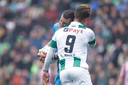 Tim Coremans geeft FC Groningen-spits Kaj Sierhuis een kopstoot en krijgt van rood scheidsrechter Kevin Blom.