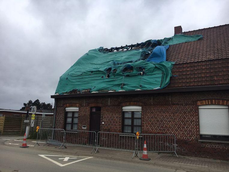 Een zeil op een kapot dak moest verwijderd en vastgelegd worden in Moorslede.