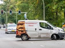 Bestelwagen slaat over de kop op Bredaseweg in Tilburg, bestuurder lichtgewond
