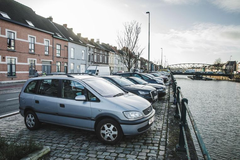 De verhoogde berm op de Gasmeterlaan (foto) en Nieuwevaart stond gisteren weer vol geparkeerde auto's.