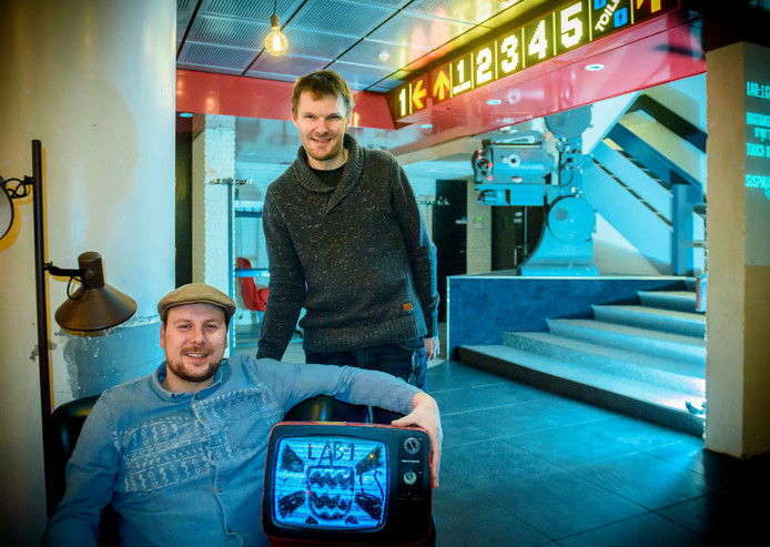 Lab 1 van Chris de Zeeuw (staand) en Dirk-Jan van Delst is een nieuwe culturele broedplaats in Eindhoven in de voormalige Zien bioscoop.