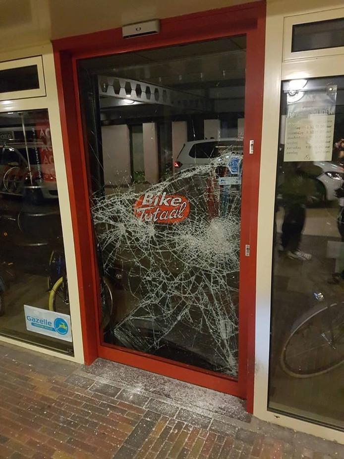 Het raam van fietsenzaak Bike Totaal Wolters waar door ingebroken is