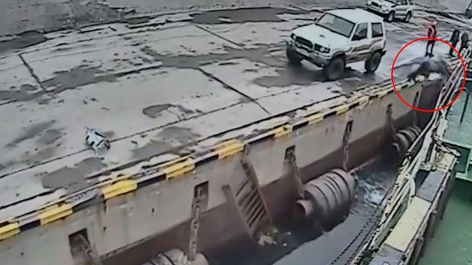 Dronken man probeert op boot te springen maar valt in het water