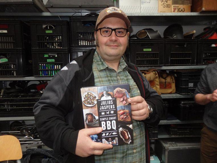 Jeroen Hazebroek (Het Kookvuur) met het eerste exemplaar. Hij ging eens met Jaspers naar het WK BBQ in Marokko. De organisatie was er met de prijzenpot vandoor. Beeld Schuim