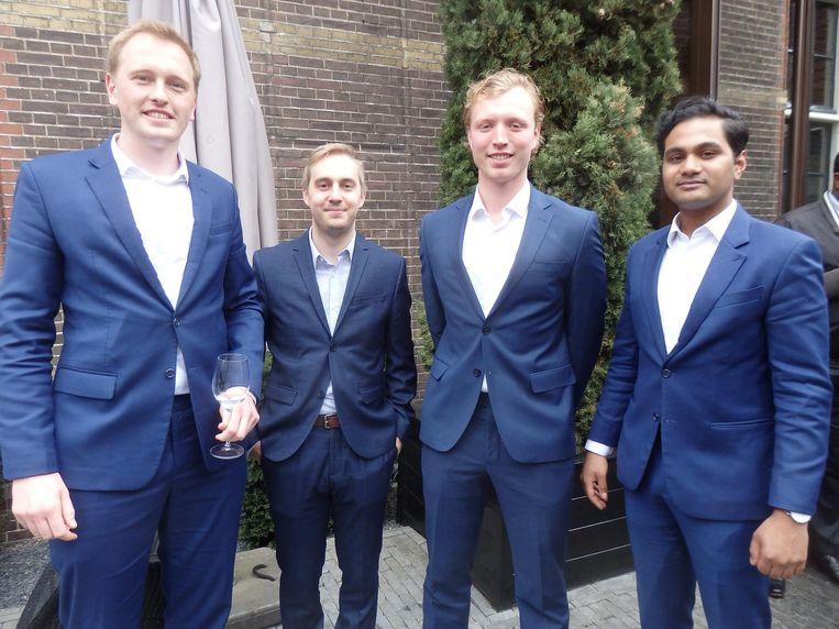 Studentenvereniging Sfeer: Edwin van de Stolpe, Matthijs van Dijk, Thijs Bogerd en Arjun Manna. Sigaret weg, knoopje dicht. 'Lekker spontaan!' Beeld Schuim