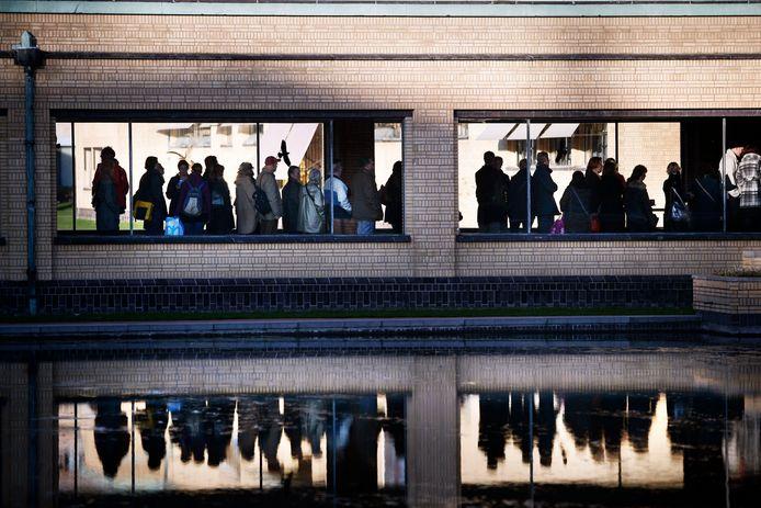 Een beeld uit voorlopig vervlogen tijden: rijen wachtende mensen voor de deur van het Kunstmuseum Den Haag.