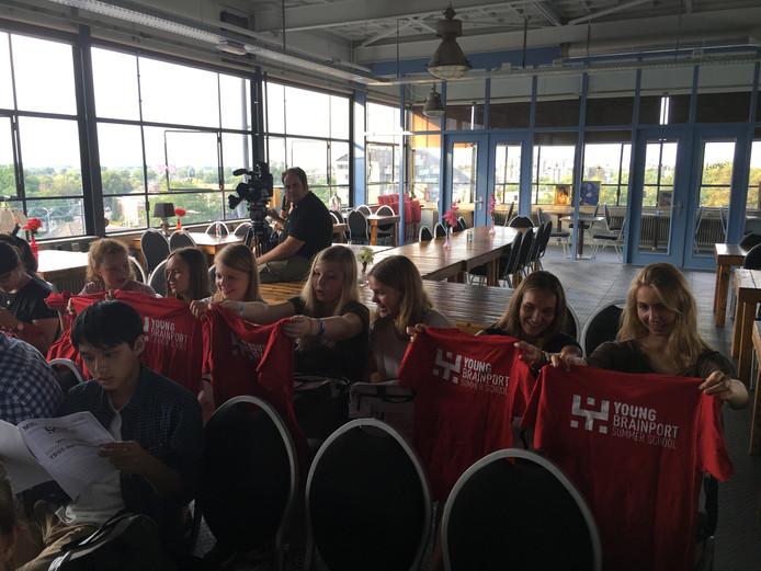 Alle deelnemers kregen een goodybag met onder meer een shirt van Brainport Summerschool. Ze verblijven in het Blue Collar Hotel op Strijp-S.