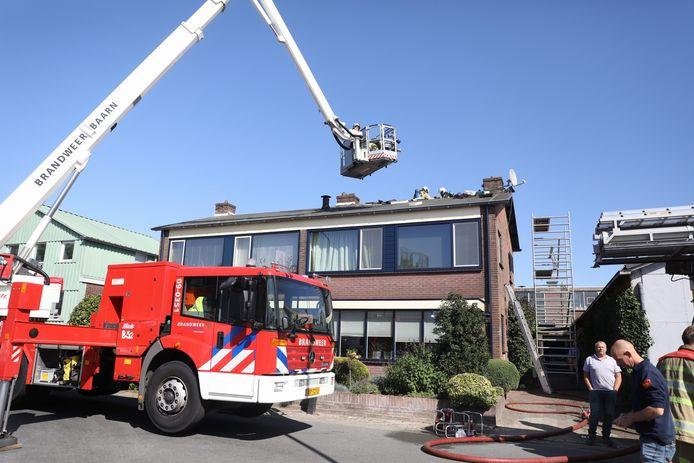 De brandweer heeft de brand opgeschaald naar sein middelbrand.