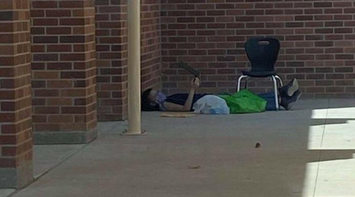 """""""À Roswell, nous avons des élèves qui doivent s'asseoir dehors afin de se connecter au wi-fi de leur établissement pour pouvoir aller à l'école"""", dénonce une collecte de fonds en ligne"""
