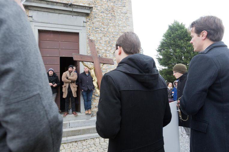De actievoerders houden het kruis in de aanslag.