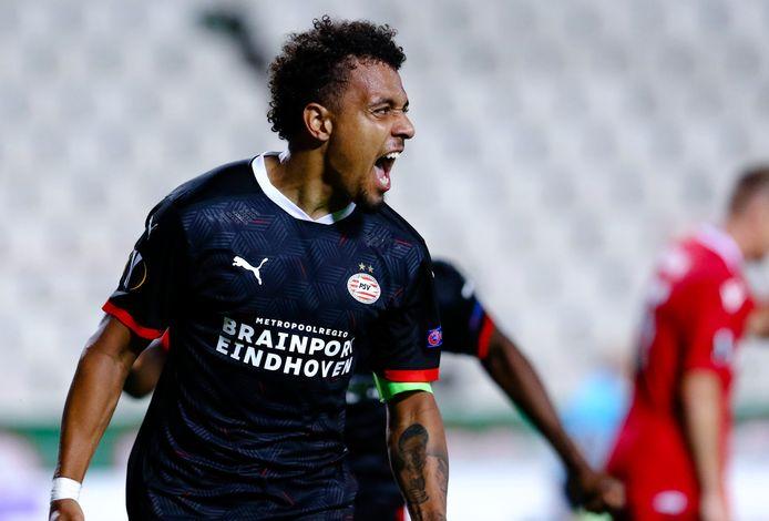 Donyell Malen schreeuwt het uit nadat hij PSV in de laatste minuut naar de overwinning op Omonia Nicosia schiet