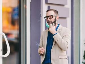 Peut-on enlever son masque pour fumer ou manger dans les rues bruxelloises? Voici la réponse