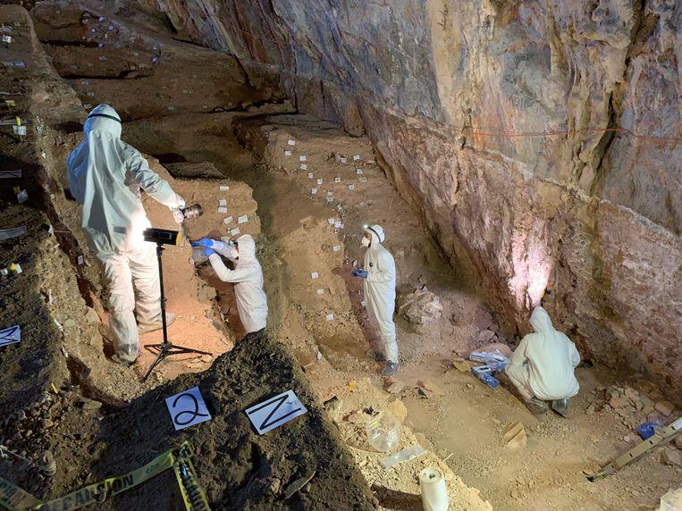 Archeologen aan het werk in Chiquihuite-grot, waar ze zeggen 26 duizend jaar oud bewijs voor menselijke aanwezigheid te hebben gevonden. Beeld Mads Thomsen