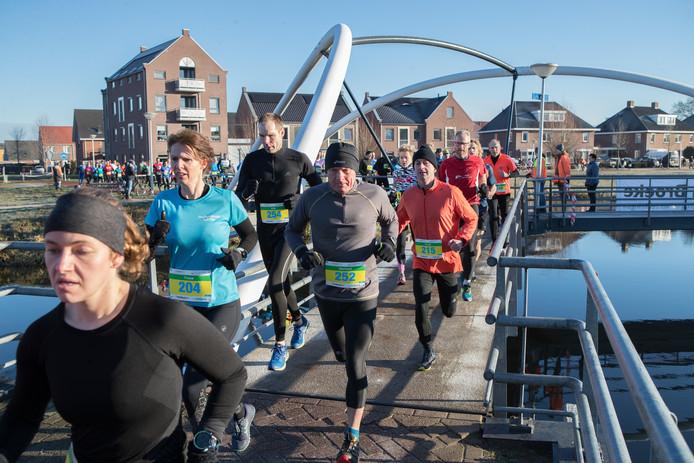 De 10km-lopers rennen in de (voorlopig?) laatste Lemelerveldse crossloop via de Driepuntsbrug richting de buurtschap Strenkhaar.