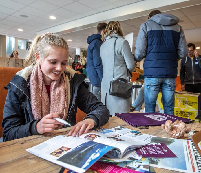 Anneloes van der Kooij oriënteert zich op de mogelijkheden bij de TussejnaarBeurs op het Carolus Clusius College in Zwolle.