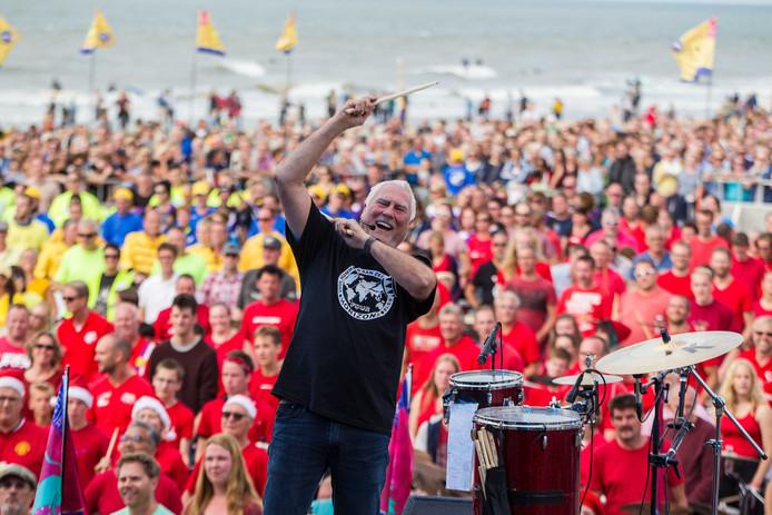 Cesar Zuiderwijk, met 2000 drummers op het strand. Foto ter illustratie.