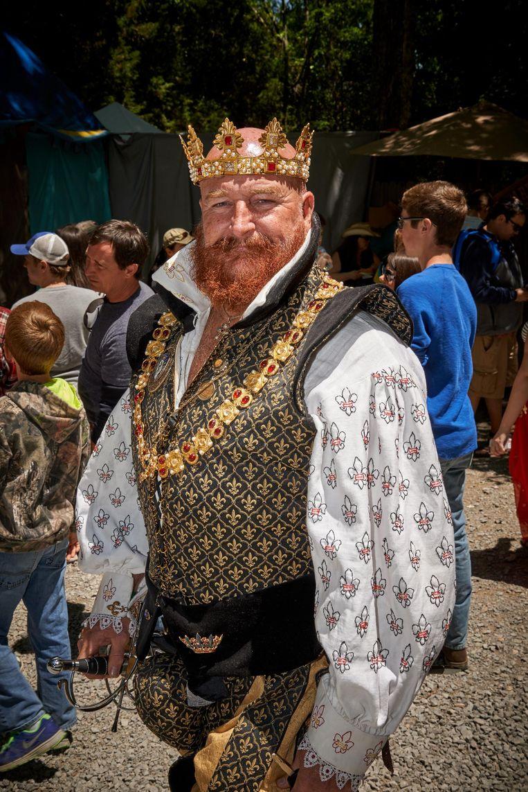 Een bezoeker in zijn rol als Engelse edelman tijdens het Renaissance Festival. Beeld Theo Stielstra