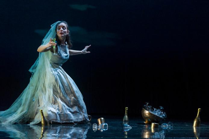 Ophélie, de geliefde van Hamlet in de opera die vanaf volgende week in het hele land door het Haagse gezelschap Opera2day wordt opgevoerd.