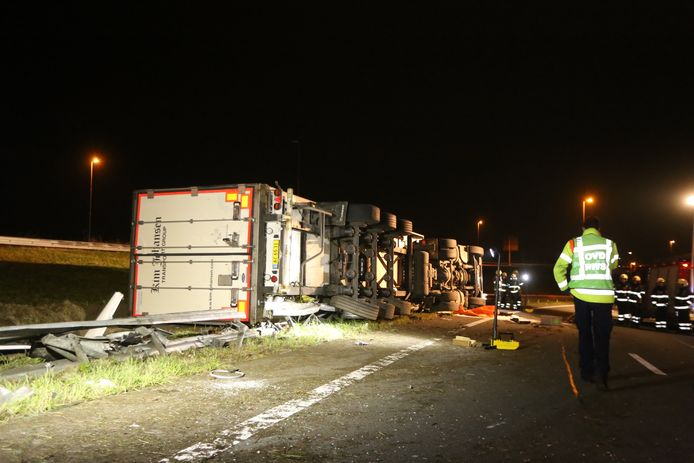 Vrachtwagen gekanteld op de A59. Weg dicht.
