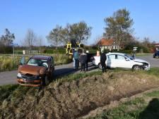 Botsing twee personenauto's op kruising in Sint-Maartensdijk