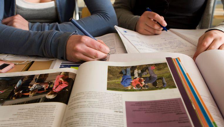 Scholieren met schoolboeken op school. Beeld ANP