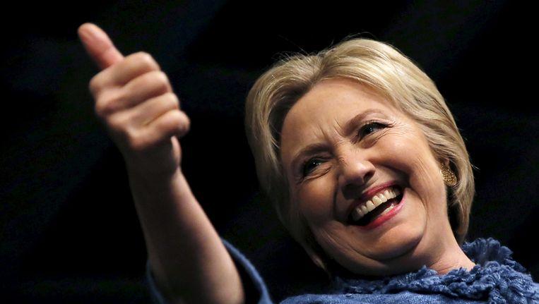 Hillary Clinton steekt haar duim omhoog tijdens haar overwinningstoespraak in West Palm Beach. Beeld Reuters
