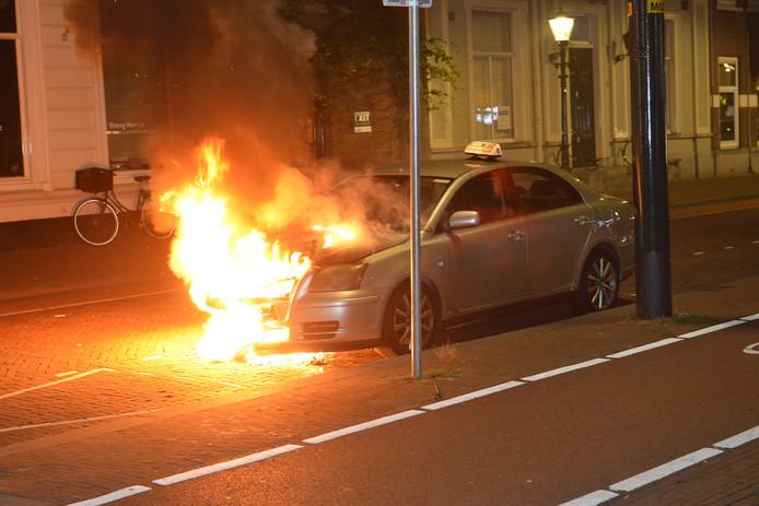 Een taxi is gisteravond omstreeks 23.00 uur in brand gevlogen bij station Den Haag Hollands Spoor.